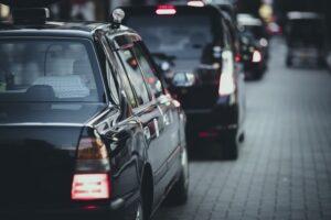 道路を走るタクシーの画像