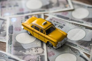 タクシーとお札の画像