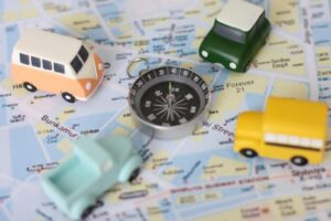 地図の上のミニカーの画像