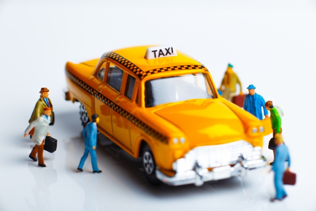 タクシーを利用する人の画像