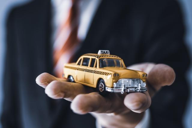 手の平の上のタクシーミニカー