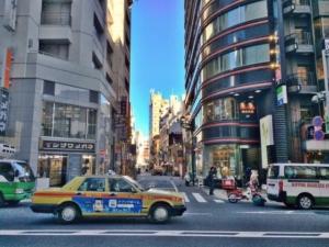 外を走るタクシー
