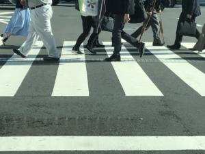 横断歩道をわたる人