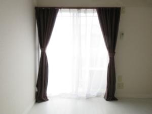 部屋の窓の画像